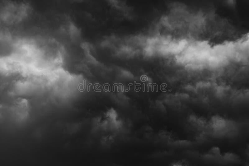 Häftigt regn för svart moln i den vidsträckta himlen royaltyfria foton