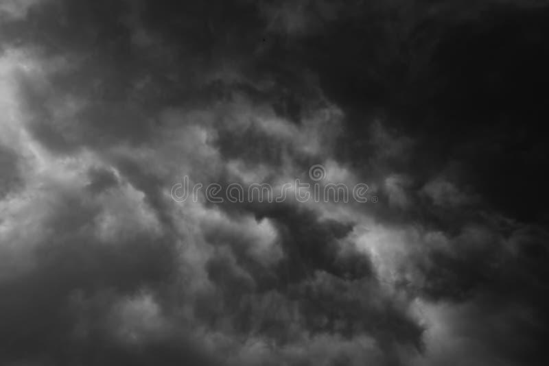 Häftigt regn för svart moln i den vidsträckta himlen fotografering för bildbyråer