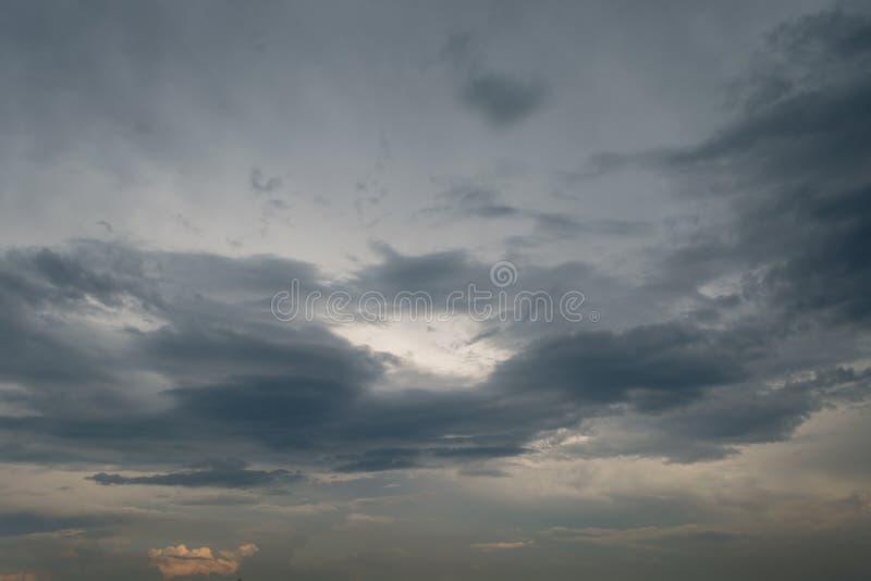 Häftigt regn för svart moln i den vidsträckta himlen royaltyfria bilder