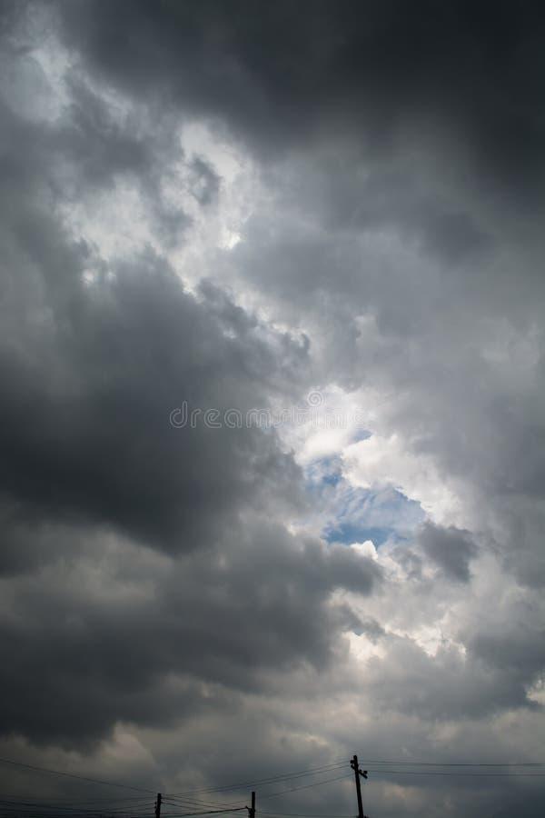 Häftigt regn för svart moln i den vidsträckta himlen arkivbilder
