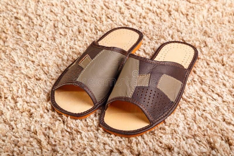 Häftklammermatare för läder för man` s royaltyfria foton