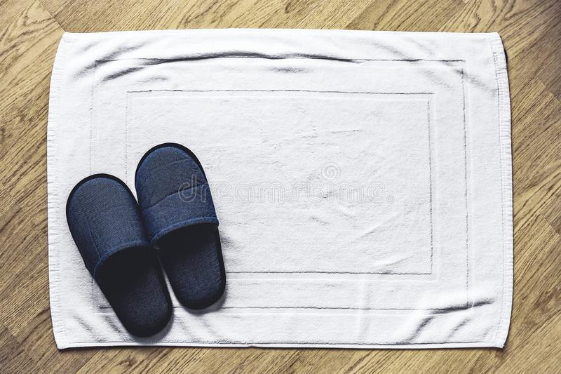 Häftklammermatare på vit matta arkivfoton