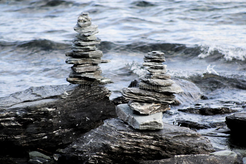 Häftklammerstenar på floden arkivfoton