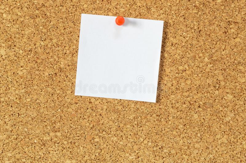 Häftstift med den tomma brevpapper royaltyfri foto