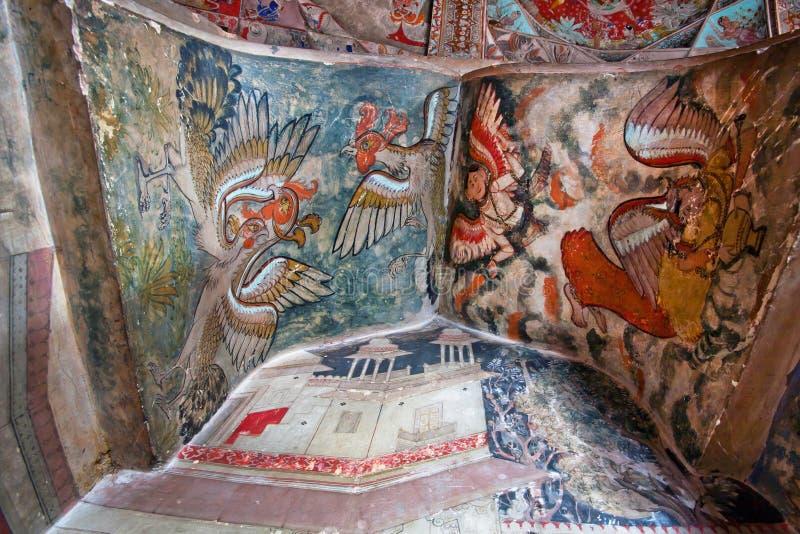 Hähne und Hühner auf den Wandgemälden alten Bundi-Palastes stockbilder