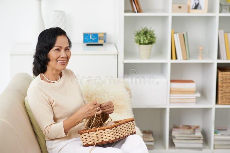 Häkelnde Frau lizenzfreie stockfotos