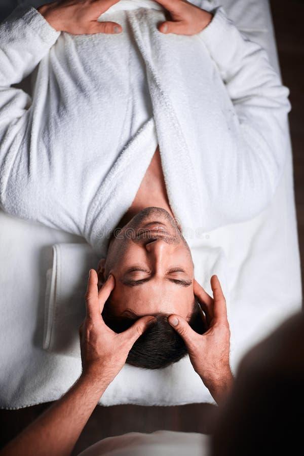 Hälerimassage för ung man på brunnsortsalongen, bästa sikt royaltyfria bilder