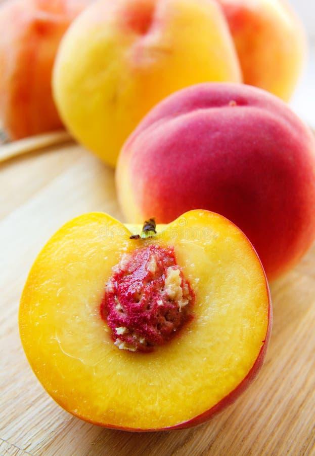 Hälft en persika royaltyfria bilder
