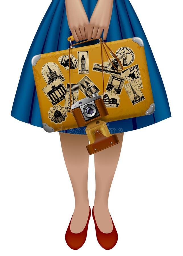 Hälfte der Frauenfigur, die einen Retro- Koffer mit Aufklebern hält vektor abbildung