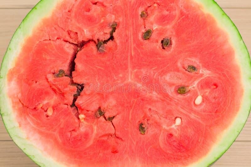 Hälfte der frischen Wassermelone auf weißem Holztisch Helle rote Beere, ein schöner Hintergrund für Ihren Desktop lizenzfreie stockbilder