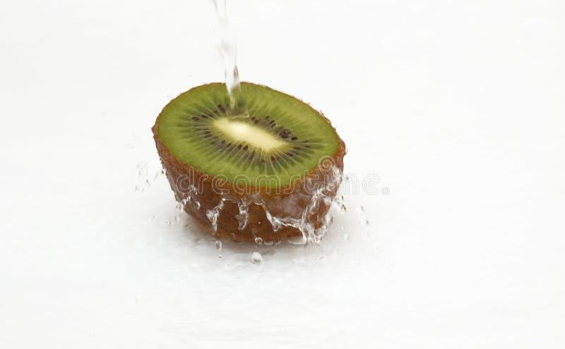 Download Hälfte Der Saftigen Kiwi Und Des Sauberen, Kühlen Wassers. Stockbild - Bild von frische, zitrusfrucht: 9085357