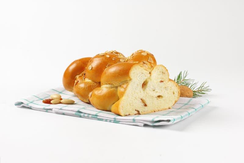 Hälfte des süßen umsponnenen Brotes stockbild