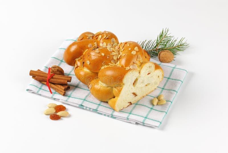 Hälfte des süßen umsponnenen Brotes stockfotos