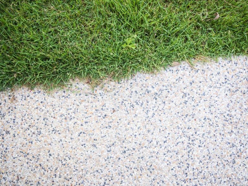 Hälfte des Steingehwegs - kleiner Kiesboden und -gras lizenzfreie stockfotos