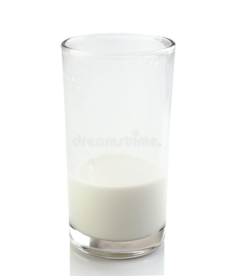 Hälfte ein Glas frische Milch auf einem weißen Hintergrund lizenzfreies stockfoto
