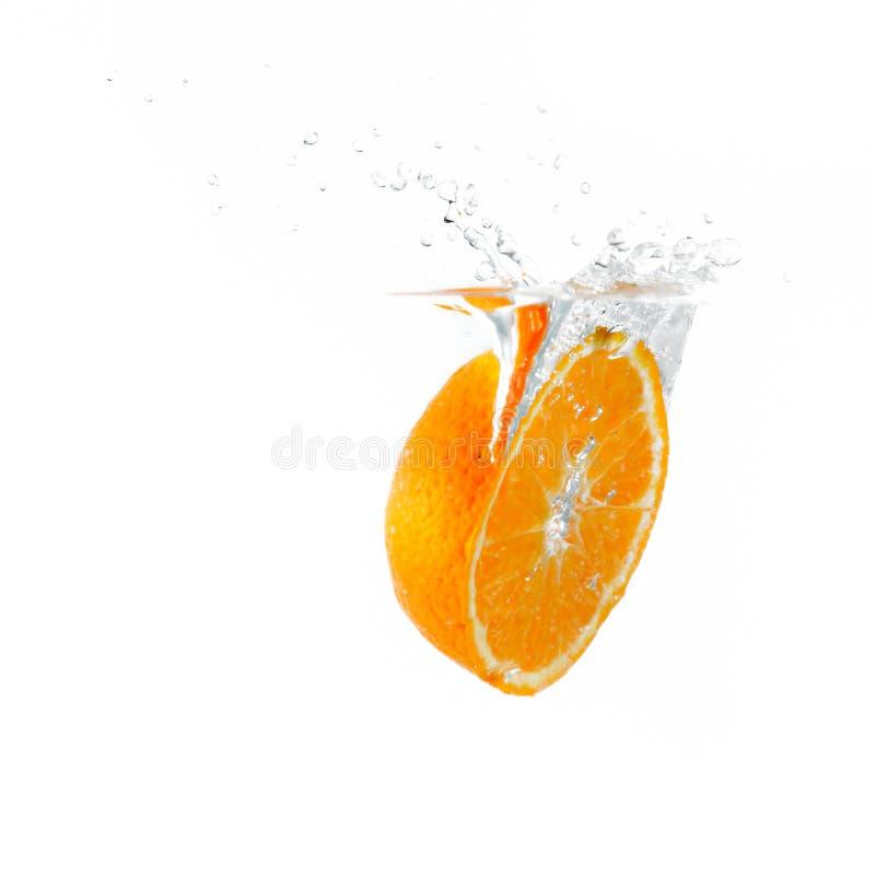 Hälfte ein orange Fallen in Wasser stockfotos