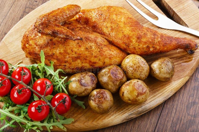 Hälfte gebackenes Huhn stockfotos