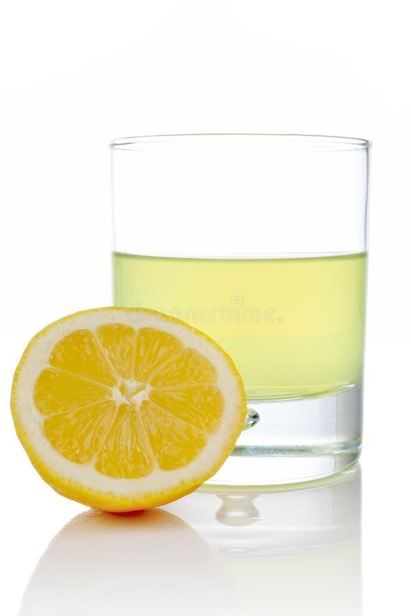 Hälfte und Glas der frischen Zitrone stockbilder