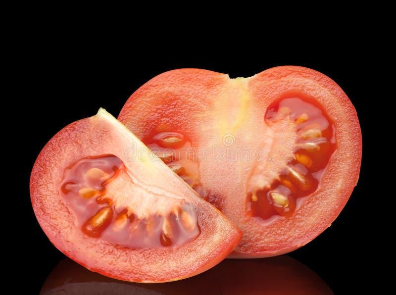 Hälfte und Viertel der Tomate lizenzfreies stockfoto