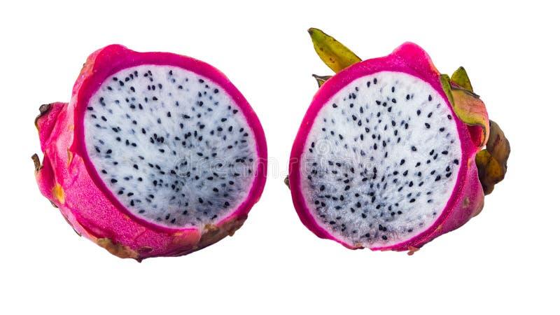 Hälften reifer frischer Nahaufnahme Pitahaya oder Dragon Fruits lokalisiert auf weißem Hintergrund stockfotografie
