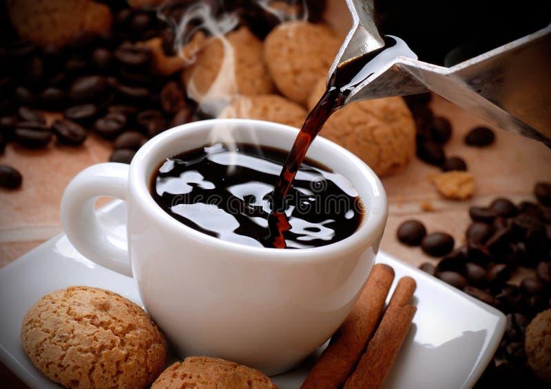 Häll kaffet fotografering för bildbyråer