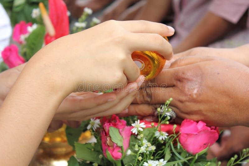 Häll vatten på händerna royaltyfri foto