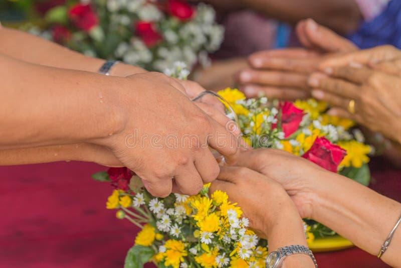 Häll vatten på händerna royaltyfria foton