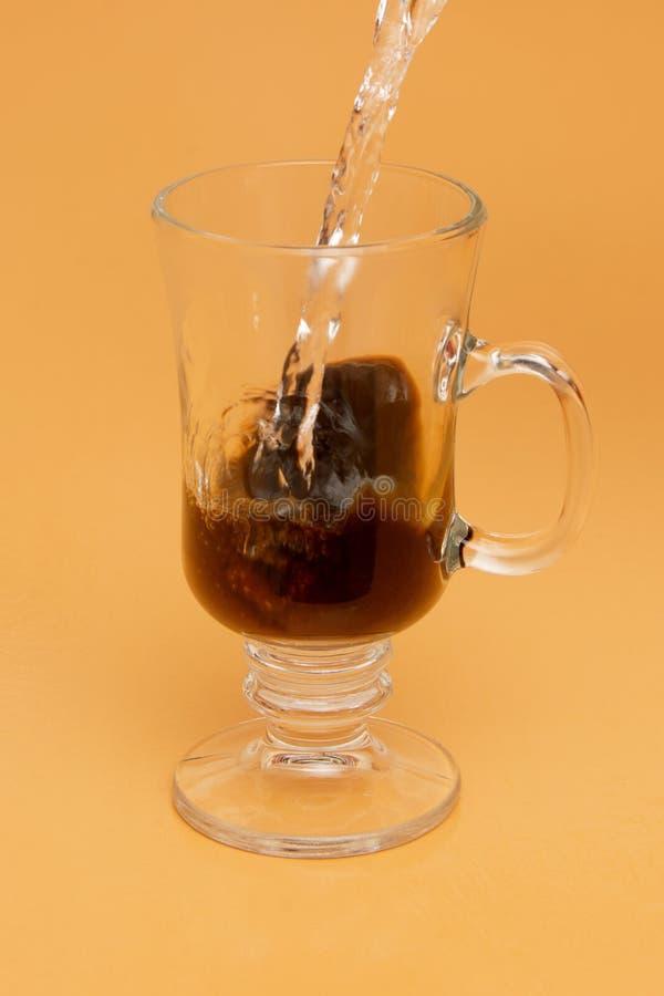 Hällande ögonblickligt kaffe arkivbild