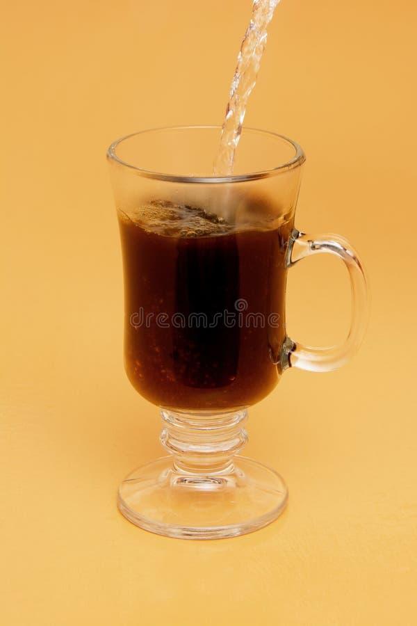 Hällande ögonblickligt kaffe royaltyfri bild