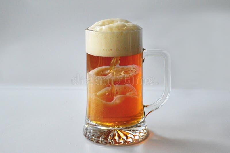Hällande öl över tiden royaltyfri fotografi