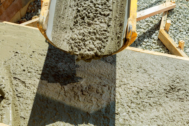 Hällande cement under förbättring till den bostads- gatan royaltyfria foton