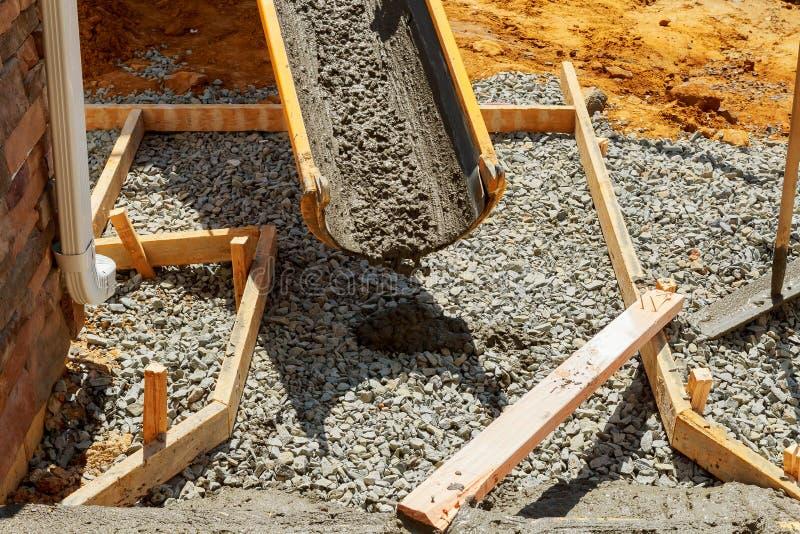 Hällande cement under trottoarförbättring arkivfoto