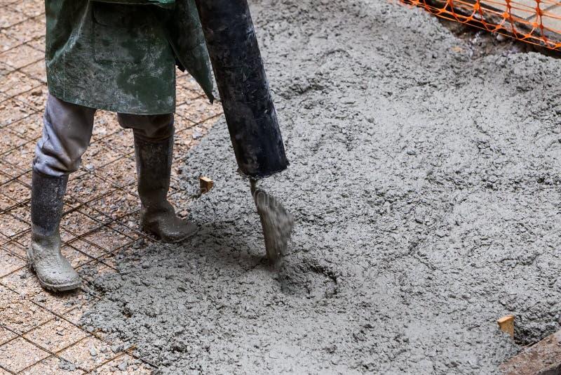 Hällande cement under trottoarförbättring royaltyfria bilder
