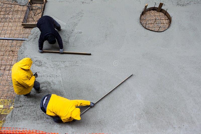 Hällande cement under trottoarförbättring royaltyfri bild