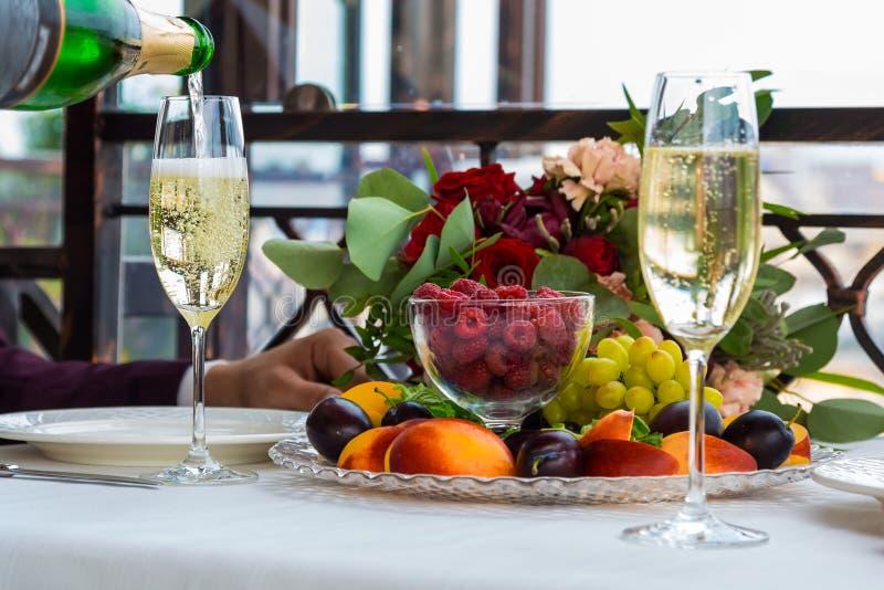 Hällande champagne in i exponeringsglas på möhippan, slut upp royaltyfri foto