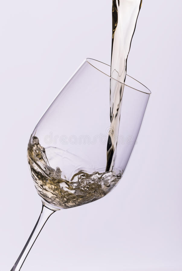 Hällande closeup för vitt vin fotografering för bildbyråer