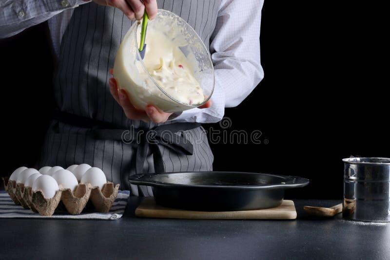 Hällande deg för man för paj kaka som gör begrepp arkivbild