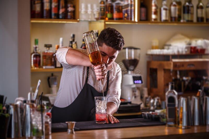 Hällande drink för bartender arkivfoton