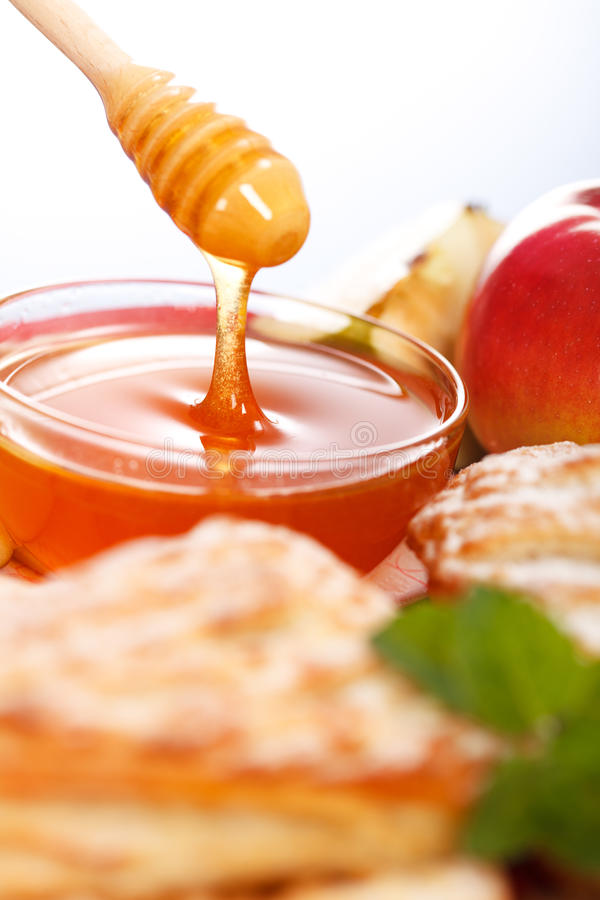 Hällande honung bak tårtor arkivfoto