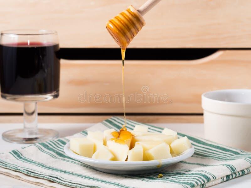 Hällande honung på ost royaltyfri bild