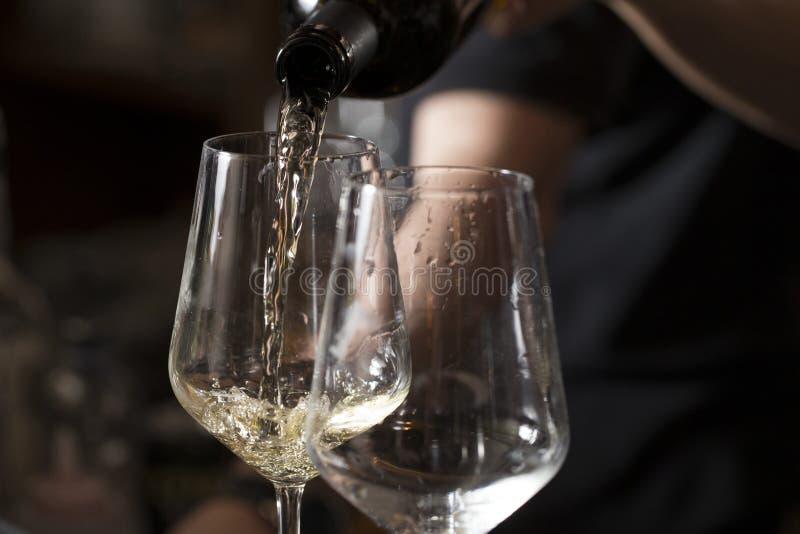 Hällande italienskt vin royaltyfri bild
