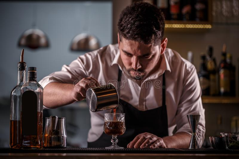 Hällande kaffe för bartender fotografering för bildbyråer