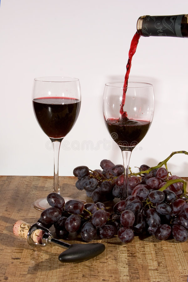 hällande rött vin arkivbilder