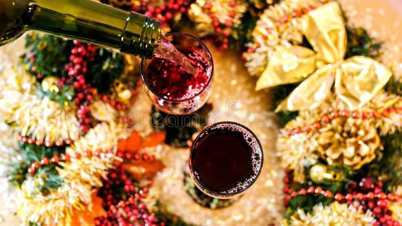 hällande rött vin för exponeringsglas Top beskådar royaltyfri fotografi