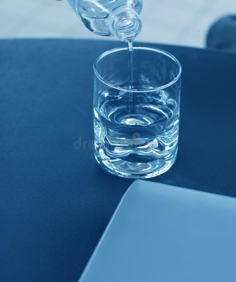 Download Hällande Vatten För Glass Bärbar Dator Fotografering för Bildbyråer - Bild av vatten, klarhet: 275119