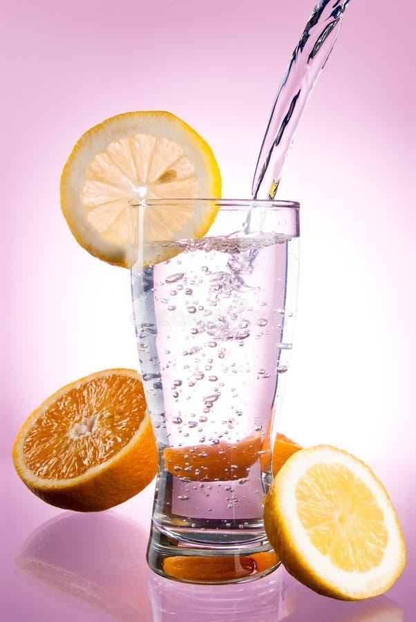 hällande vatten för glass citronmineral fotografering för bildbyråer