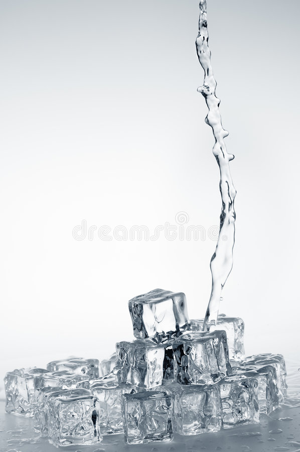 hällande vatten för klar ny mineral fotografering för bildbyråer