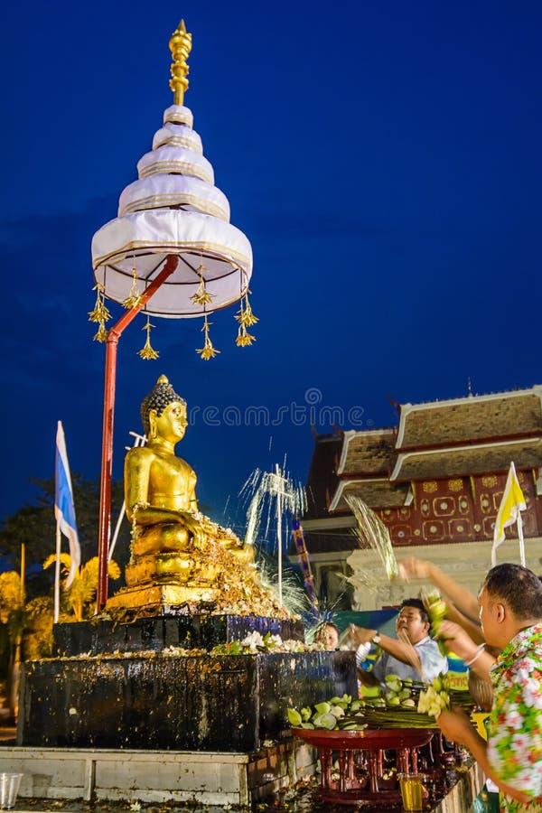 Hällande vatten till Buddha fotografering för bildbyråer