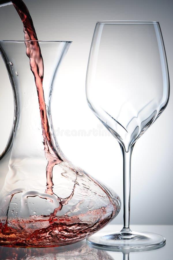 hällande wine för karaff arkivbild