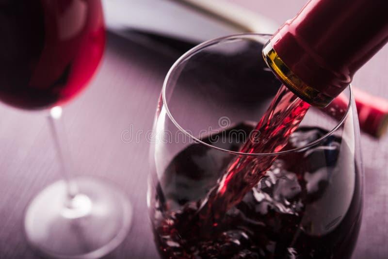 hälld rött vin arkivfoton